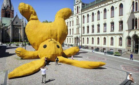 florentijn hofman stor gul kanin